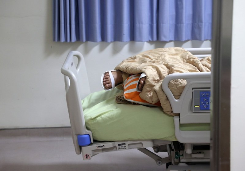 雙北疫情延燒,醫院中天天上演生離死別,連見慣大風大浪的醫護們也有些難以承受。此為負壓隔離病房示意圖,與新聞事件無關。圖/聯合報系資料照片