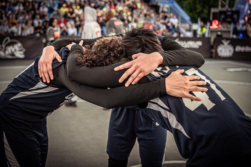 中華隊擊敗伊朗,勝場開張後彼此擁抱打氣。圖/取自FIBA官網