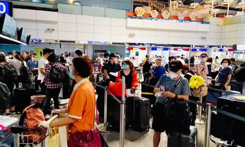 近日網友瘋傳機場擠滿畫位人潮的照片,指台灣民眾打不到疫苗,已爆發赴美逃難潮,媒體人陳文茜也披露有人花400萬元包下商務艙出國打疫苗。圖/截自「文茜的世界周報」臉書