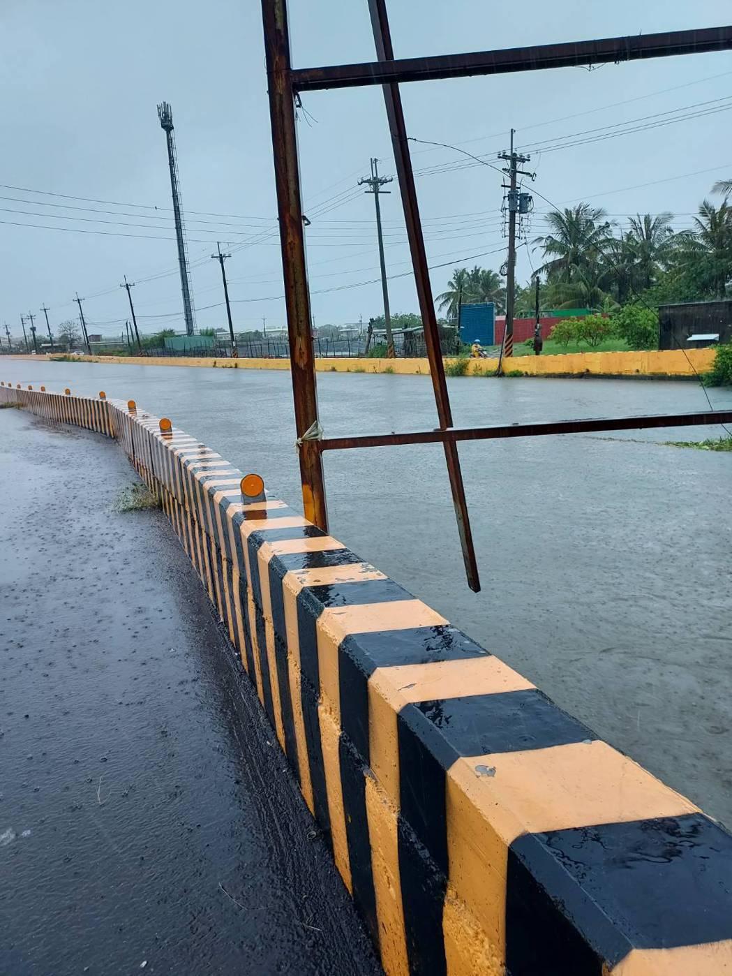 楠梓德中路一段因瞬間降雨不及排水,一段出現淹水情形,於今晨9時許,積水退去。圖/...