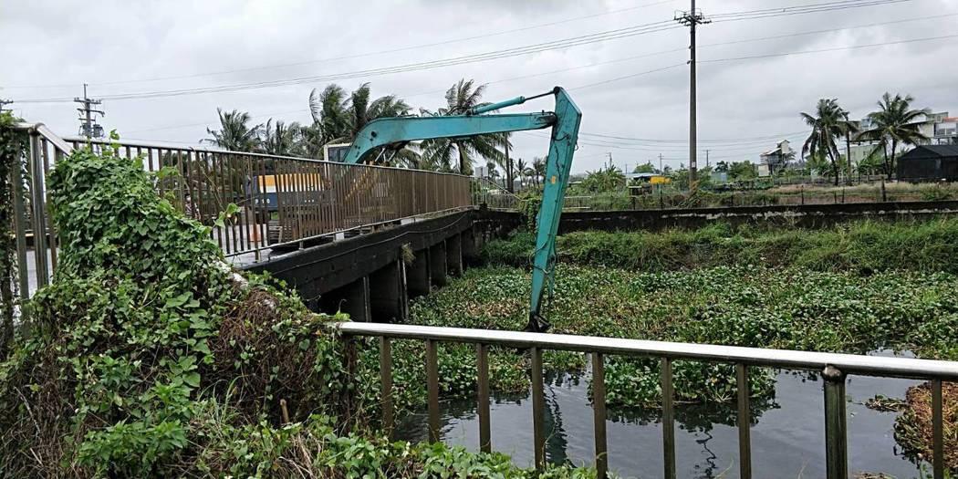 位於楠梓區與橋頭區交界的援中排水,上游的布袋蓮與漂浮性水生植物遭大雨沖刷至下游河...