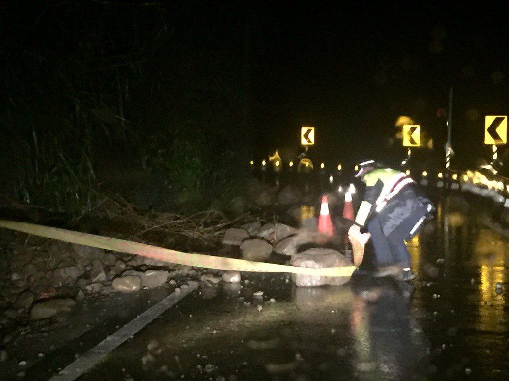 南橫公路多處出現小土石流、落石坍方,員警陸續完成預警,並立即通報甲仙工務段及桃源...