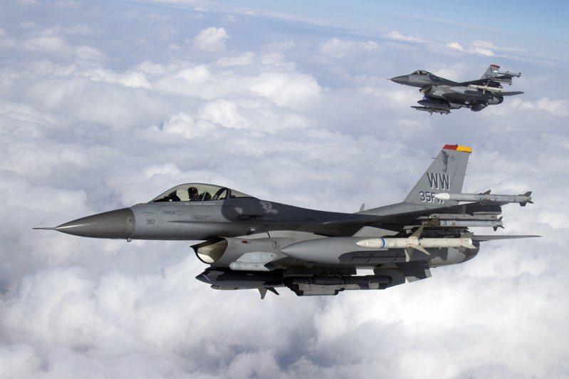 美國空軍35聯隊的尾翼上保留「野鼬」縮寫的WW字樣,圖中F-16翼下掛著AGM-88的練習彈。圖/美國空軍檔案照片