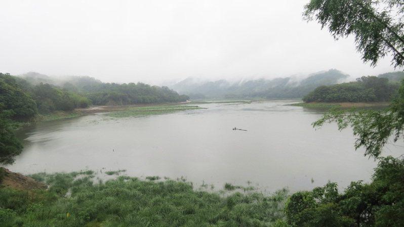 苗栗縣明德水庫因兩波梅雨解渴,上游草原開始淹在水中。記者范榮達/攝影