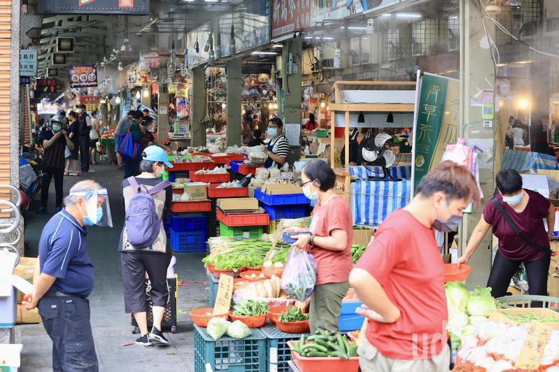 台灣本土疫情嚴峻,近來許多確診者足跡都曾到傳統市場、大賣場等,台北將跟進依身分證字號尾數的分流管制。圖為士林市場民眾採買食材。記者林伯東/攝影