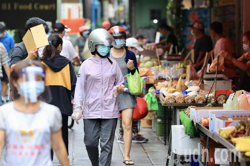 一名網友PO文提到,他發現即使是下雨天,菜市場還是有很多長輩在逛,於是他就詢問網友「老人對於菜市場的執著是?」示意圖/聯合報系記者林伯東攝影