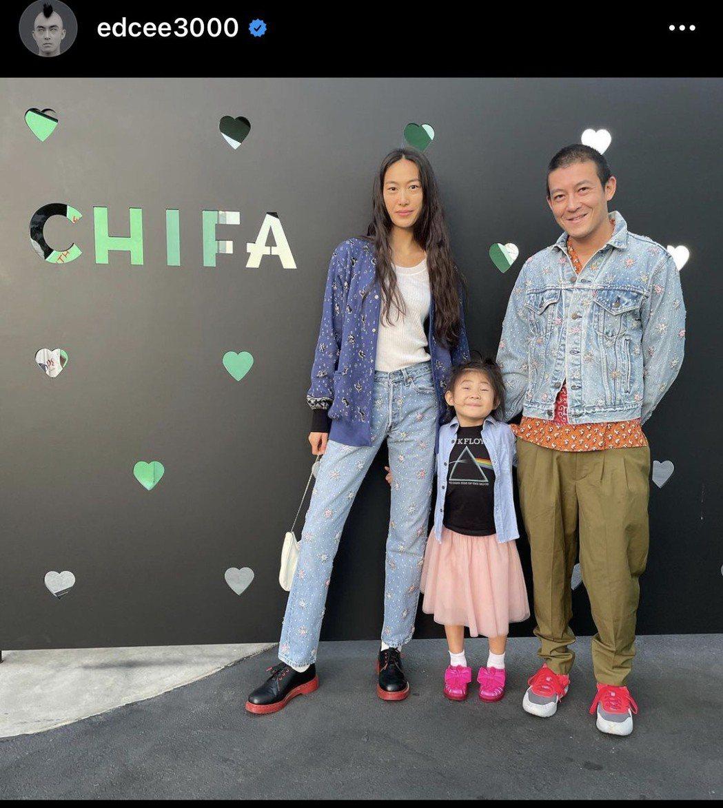 陳冠希(右)和太太(左)孩子一起去朋友餐廳吃飯。圖/摘自IG