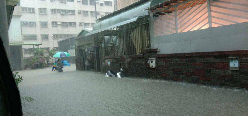高雄大寮區山頂里多條道路今天上午積淹水,居民叫苦。圖/山頂里長楊秀花提供