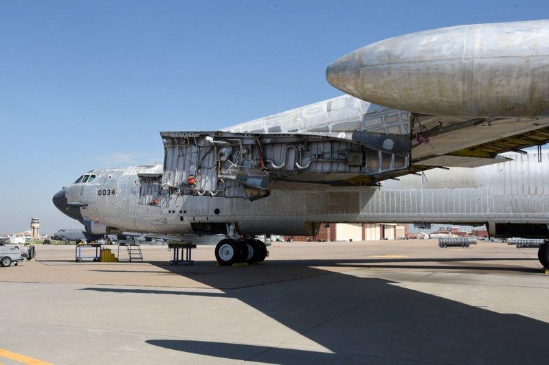 整修復飛工程中的B-52「聰明人」號。圖/美國空軍檔案照