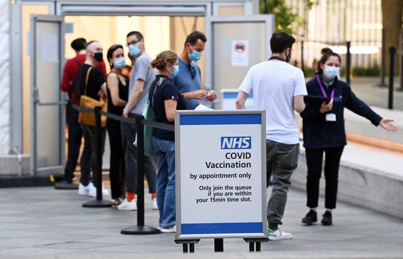 圖為大批民眾排隊等待進入倫敦一間疫苗中心打疫苗。歐新社