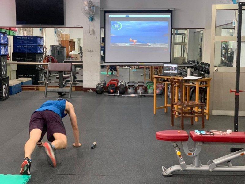 忠明高中體育老師邱國峰是熱血教練,他自己架設鏡頭,多次調整角度,宛如健身房的直播主,揮汗如雨,帶著大家做運動。圖/忠明高中提供