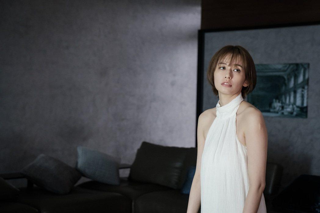袁艾菲在「日蝕遊戲」中被當企業家的禮物。圖/民視提供