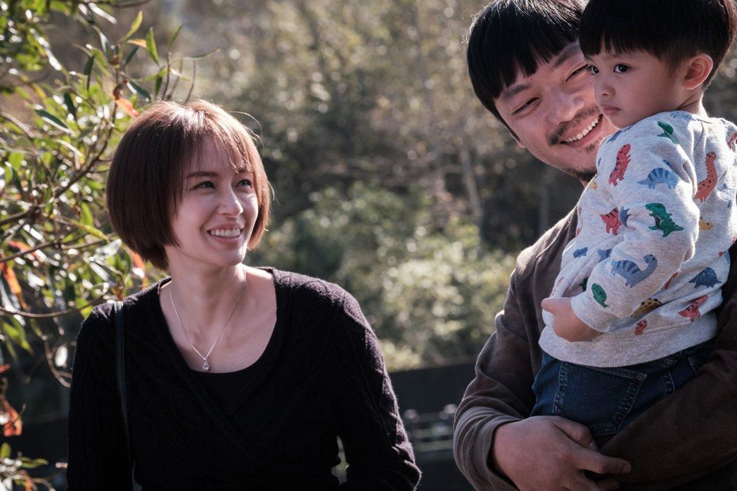 袁艾菲(左)在「日蝕遊戲」中當媽。圖/民視提供