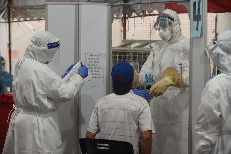 國內疫情嚴峻,多處設置快篩站,以利快速找出確診者。圖/苗栗縣政府提供