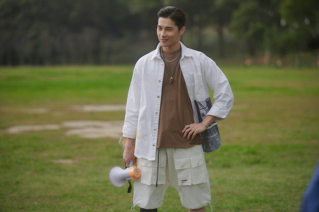 宋偉恩在戲中飾演家庭富裕、會脅迫女友的「愛情控制狂」。圖/LINE TV提供