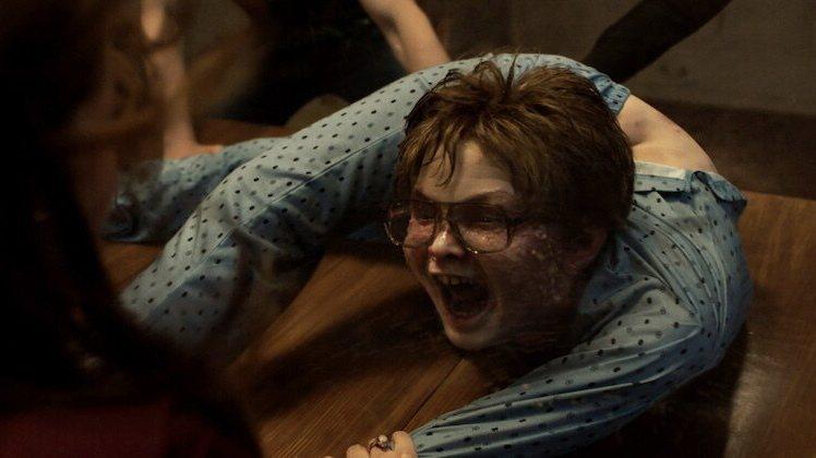 「厲陰宅3:是惡魔逼我的」小男孩被惡靈附身後肢體扭曲,模樣駭人。圖/摘自imdb