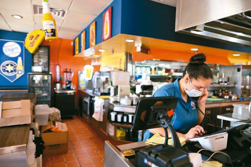美國餐館在大舉招募人手之際,都正面臨缺工困境,只好轉而求助GigPro等即時招聘應用程式(App),以填補短期的人力空缺。(路透)