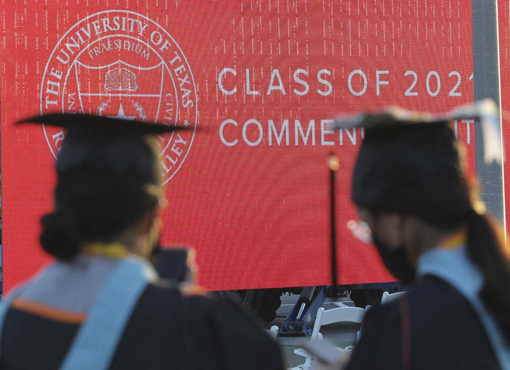 美國2021年大學畢業生的失業率是6.4%,較去年6月疫情高峰期時少一半。(美聯...