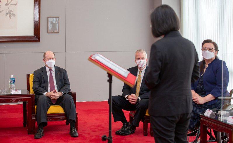 蔡英文總統(右二)昨天上午在國軍松指部接見美國聯邦參議員譚美(右)、蘇利文(左)、昆斯(左二)。圖/總統府提供