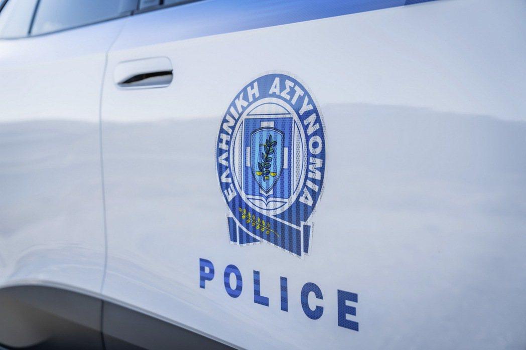 VW ID.4維持希臘警車的白底搭配上藍色條紋,並搭配上橄欖枝妝點的警徽。 圖/...