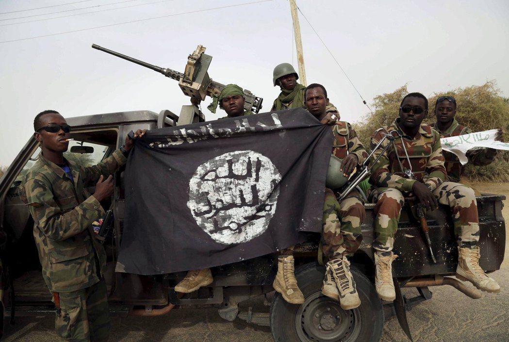圖為2015年,奈及利亞政府軍舉著抓捕到的博科聖地成員的旗幟。 圖/路透社