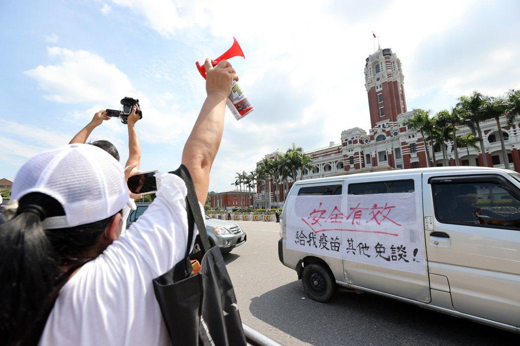 圖為6月3日民眾響應國民黨民代號召長按喇叭繞行抗議,要求政府趕快給民眾施打疫苗。 圖/聯合報系資料照