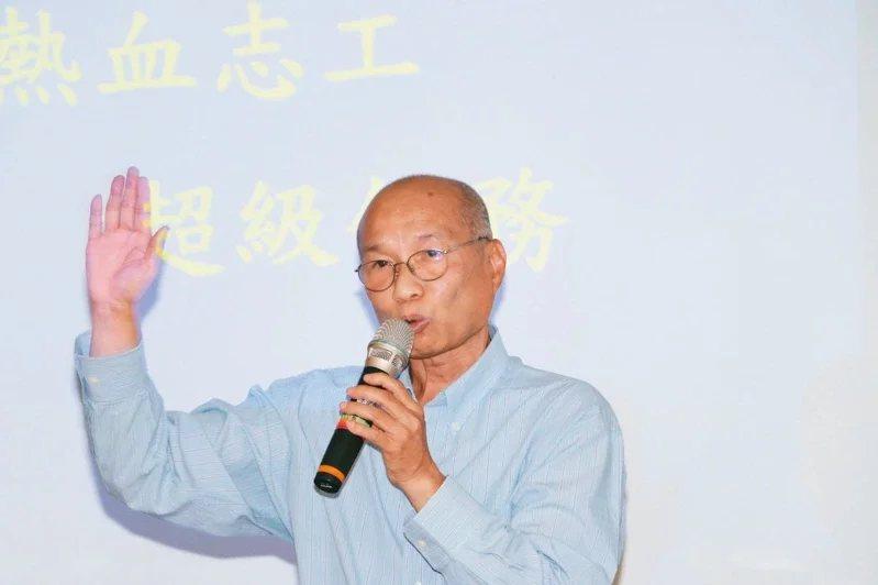 邱大信49歲提早自銀行協理退休,全面服務弱勢家庭。  圖/新北社會局提供