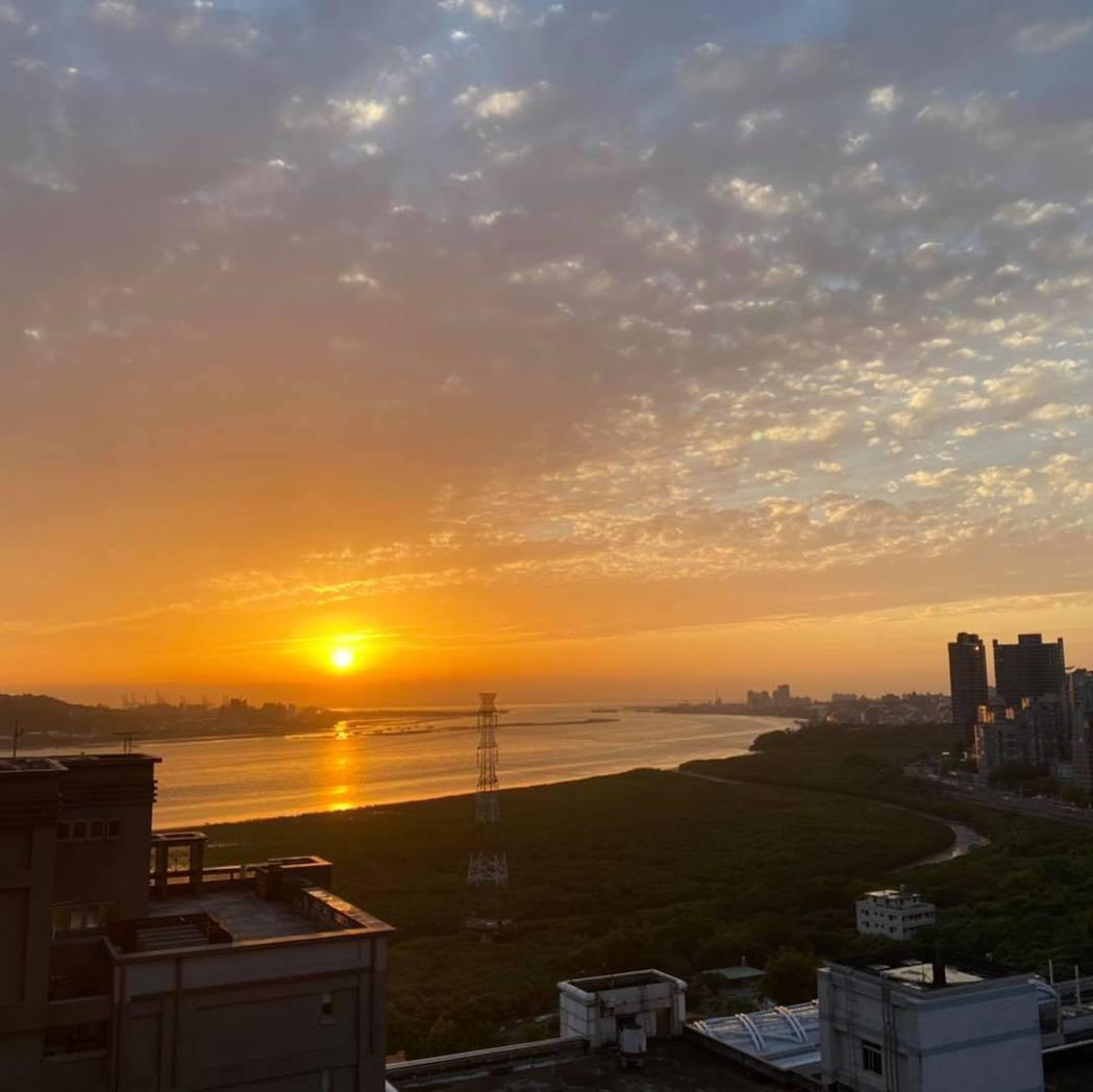 何如芸從家中看出去的美麗日落照。圖/擷自臉書