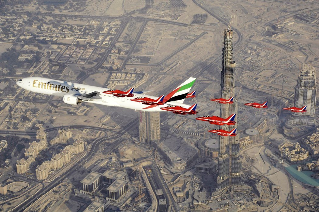 圖/美聯社:圖為UAE空軍與杜拜的阿聯酋航空,在杜拜哈里發塔上的飛行秀。在201...