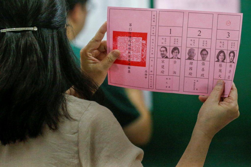 圖為2020年台灣總統大選亮票之工作人員。 圖/路透社