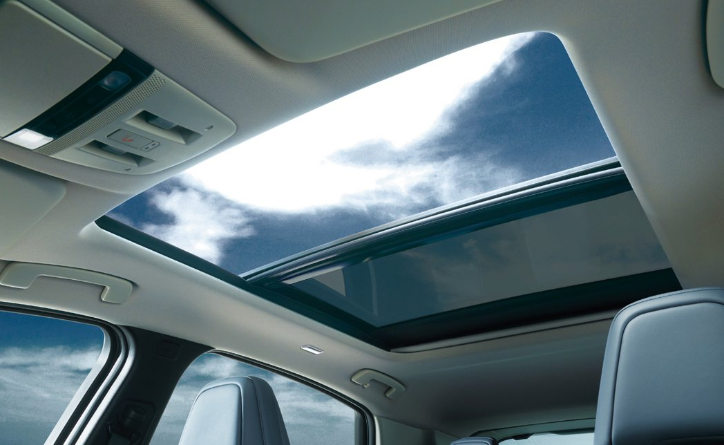Ariya Limited標配全景玻璃天窗。 圖/Nissan提供