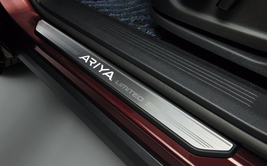 Ariya Limited發光字樣的迎賓踏板。 圖/Nissan提供