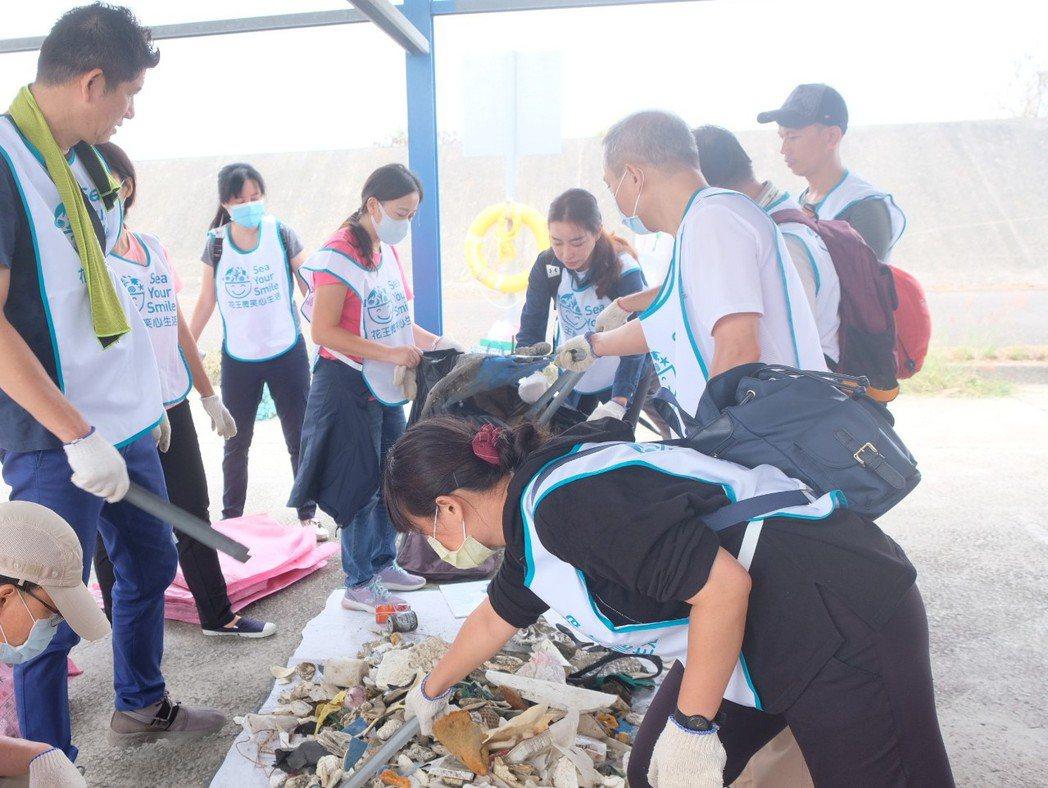 2020年從海邊撿拾到的垃圾中,有超過九成是塑膠垃圾。 圖/花王提供