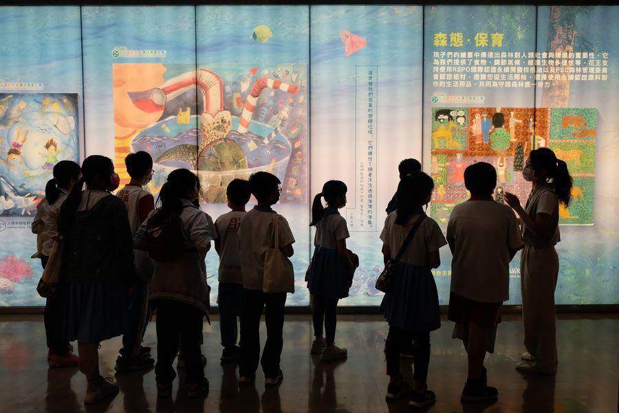 花王(台灣)透過光盒導覽,幫助孩子們更認識台灣海洋遭遇的問題。 圖/花王提供