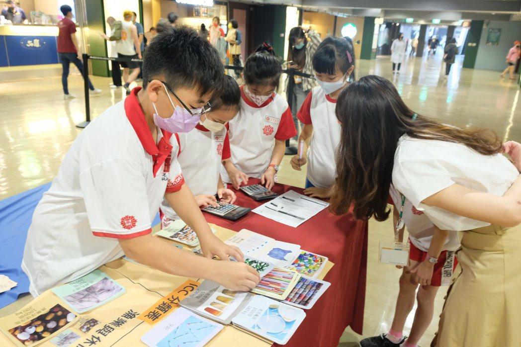 以桌遊形式讓孩子看見海洋問題,採寓教於樂的方式引導學生從日常生活開始「淨灘」。 ...