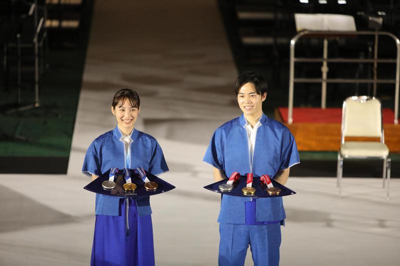 讀賣新聞民調顯示,半數受訪者支持東京奧運在今夏舉辦。圖為東京奧運與帕運獎牌展示。 新華社