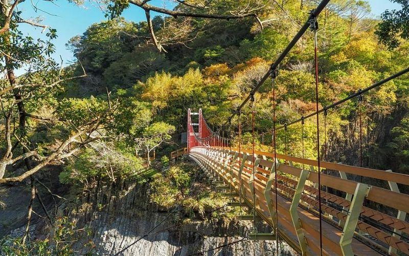 ▲芝生毛台山步道-軍艦岩吊橋。 (圖/Tripbaa趣吧!旅遊平台)