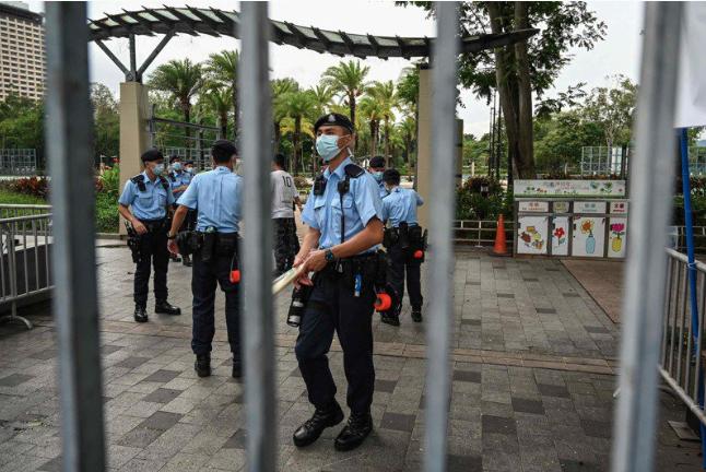 香港警方4日下午到維園放置「警察公告」告示並圍起鐵欄,表示根據《公安條例》將維園...