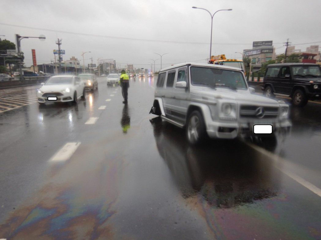台中市林姓男子昨天下午駕駛賓士休旅車,行經台74線快速道路時,疑路面積水導致車輛...