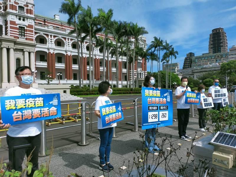 國民黨立院黨團連續4天早上來到總統府前進行「我要疫苗,台灣要活命!」快閃活動。圖/國民黨團提供