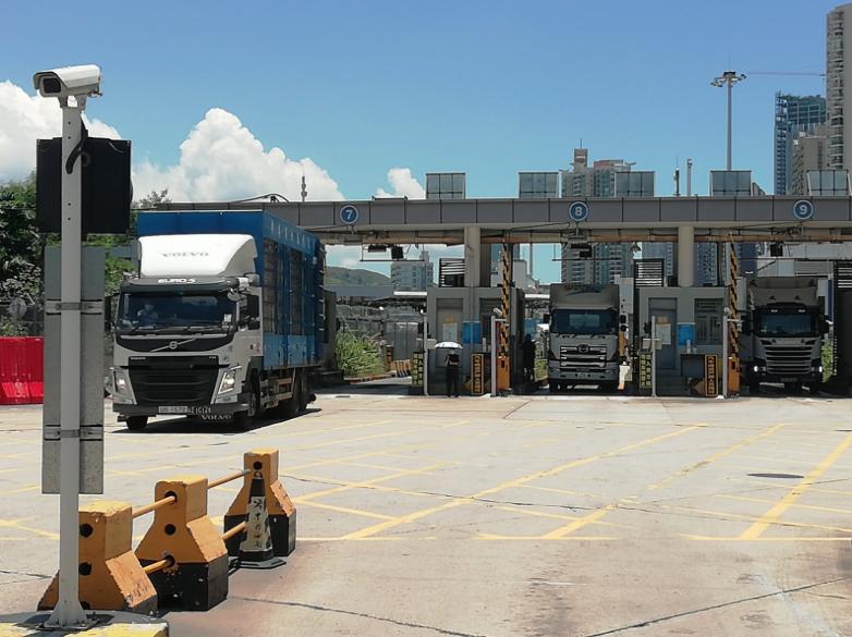 鹽田、蛇口和南沙大塞港,對香港跨境物流業是利多,但是港企感嘆缺乏司機。圖為文錦渡口岸跨境貨車進入深圳。(香港文匯網)