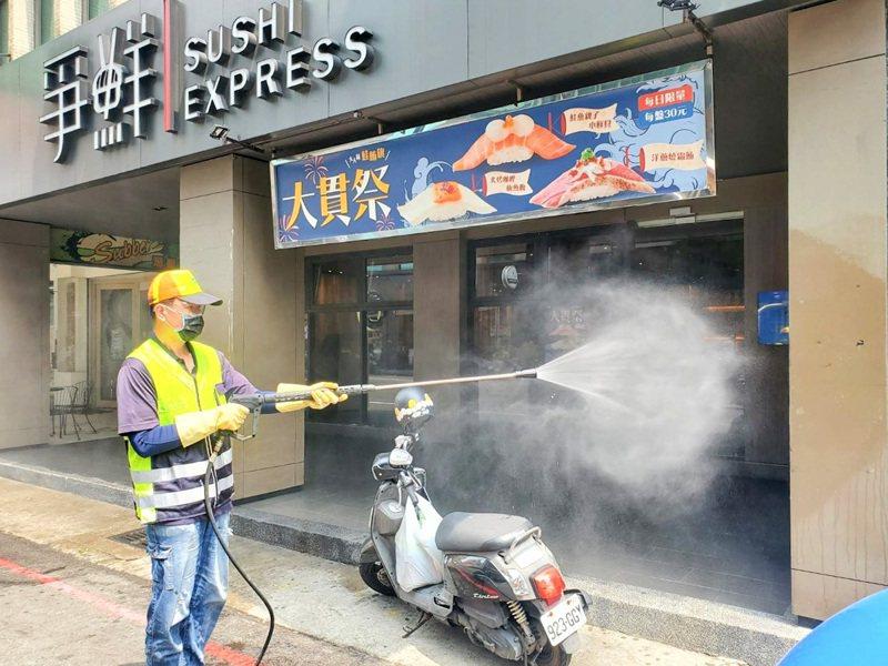 桃園市環境清潔稽查大隊明天起一連5天,北桃園5個行政區全境大消毒。圖/環保局提供