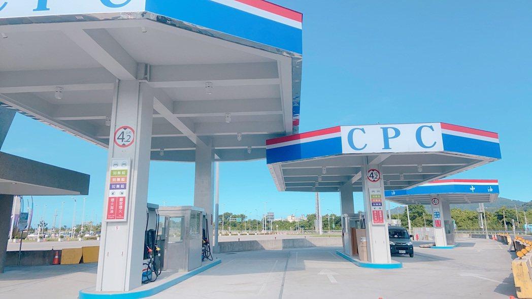 蘇澳服務區計有三座加油島,6月8日開始為用路人加油。 圖/高公局提供