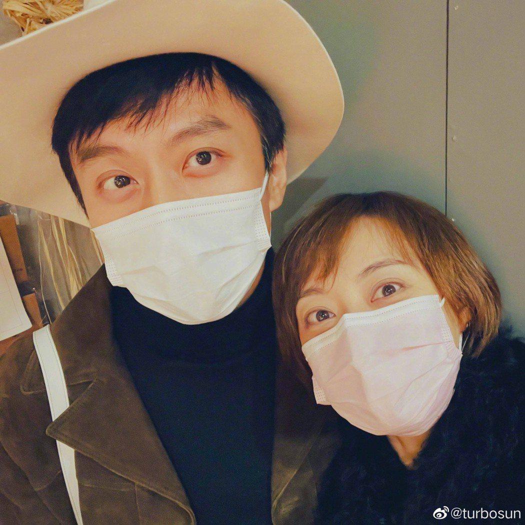 孫儷(右)與鄧超迎來結婚10周年。圖/摘自微博