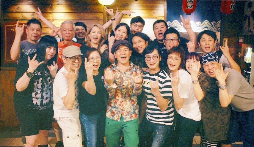 趙傳(前排左四)邀請工作同仁合作MV。圖/旋風音樂提供