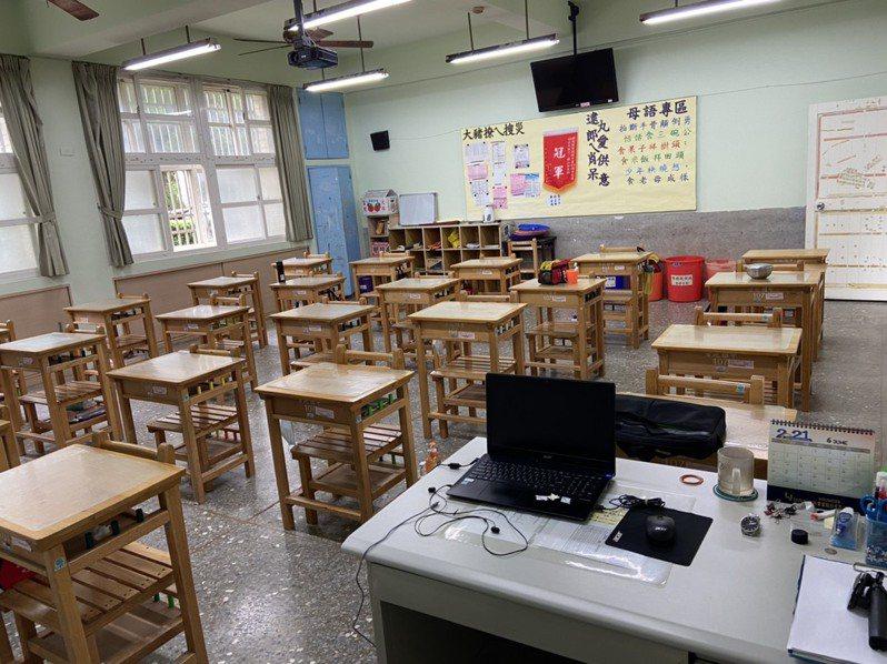 停止到校上課延長到6月28日,學校教室一片安靜。記者簡慧珍/攝影