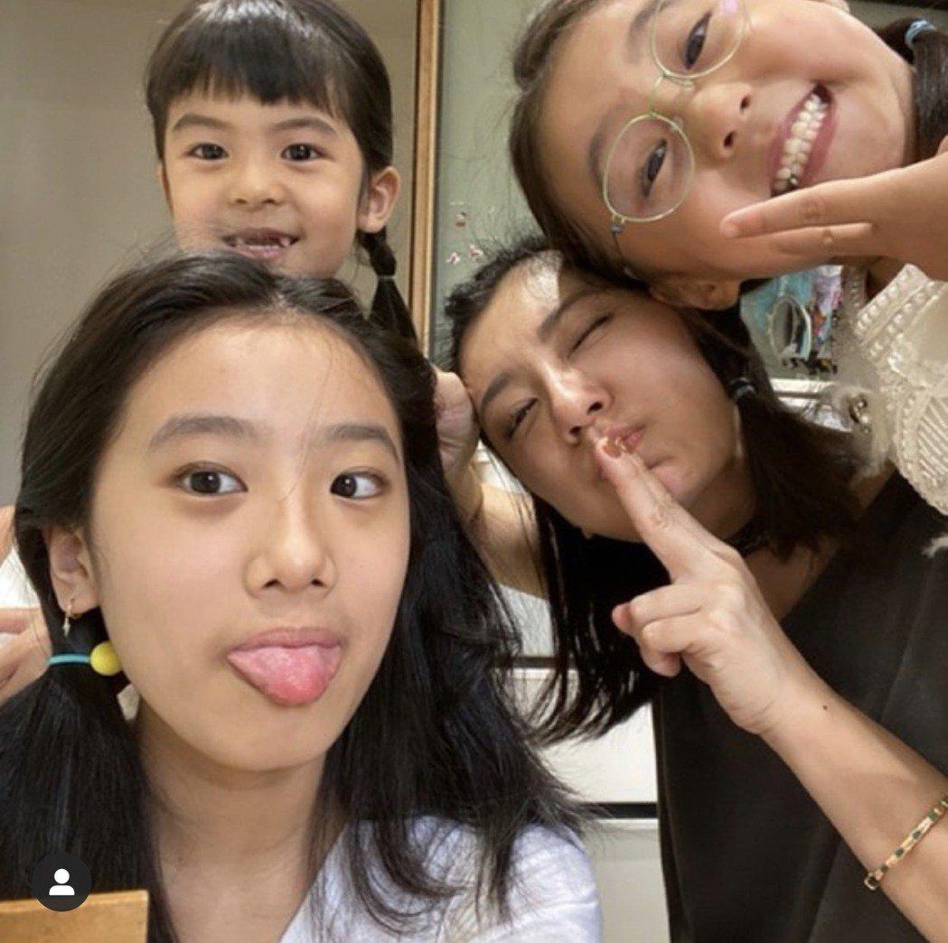 賈靜雯和3個女兒居家防疫。圖/摘自IG