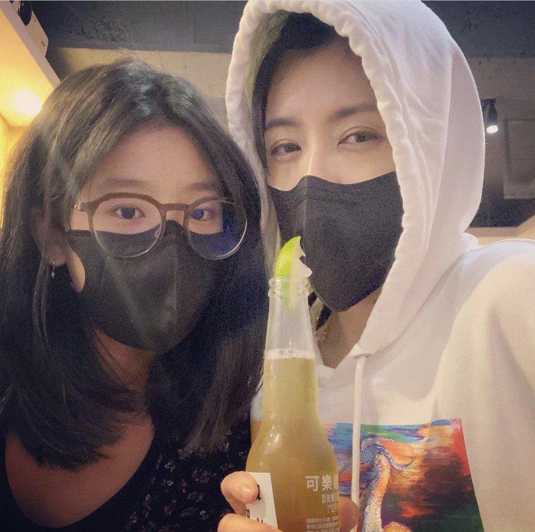 賈靜雯(右)與大女兒梧桐妹。圖/摘自IG