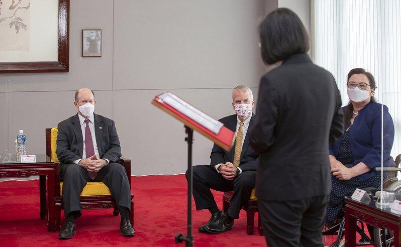 美國三名跨黨派參議員六日旋風訪台,宣布捐贈台灣七十五萬劑新冠疫苗。台灣總統蔡英文(背對者)六日和來訪的美國跨黨派參議員昆斯(左)、蘇利文(中)和譚美(右)會面。(美聯社)