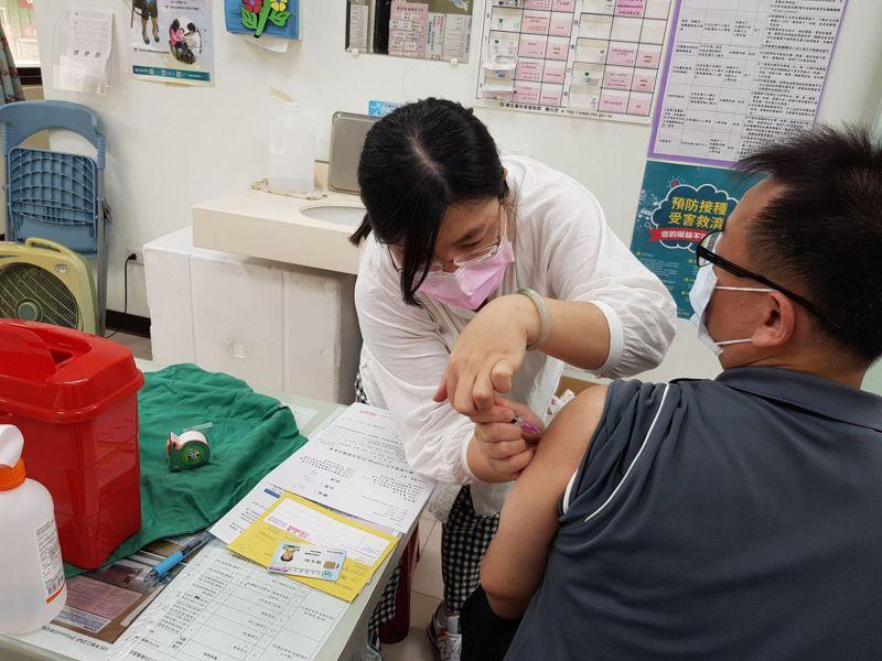 新竹縣竹北市衛生所的同仁發揮專業,抽藥時連緩衝劑都不浪費,成功用1790劑疫苗,接種了1955人。圖/新竹縣政府提供